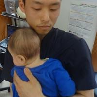 乳幼児を抱っこした施術